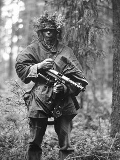 Swedish soldier holding the Carl Gustav SMG during the cold war. Navy Special Forces, Military Motivation, Swedish Army, Military Drawings, Military Pictures, War Photography, Military Weapons, Military Uniforms, Military Equipment