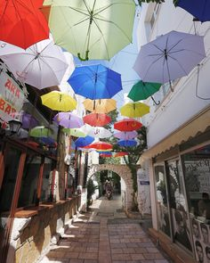 Strolling the winding backstreets of Old City will make you discover surprising, colorful and vibrant alleys.