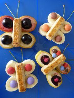 Rezept süsse Schmetterlinge – Ofmals muss es gar nichts Grossartiges sein. Die süssen Schmetterlinge sind ruckzuck hergestellt und begeistern jung und alt. Kochen für Kinder ist nicht immer ganz einfach, aber mit ein paar kleinen Tricks begeisterst du auch die mäkeligsten Esserinnen & Esser am Tisch. #Dessert #Snack #Zwischenmahlzeit #Bananen #Nussstängeli #Früchte #Smarties #EssenmitKindern #KochenfürKinder #Kinderessen #Kindergericht #Kindermenu Tricks, Waffles, Kindergarten, Dessert, Breakfast, Food, Kid Cooking, Recipes For Children, Simple