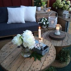 Blomster og tente lys✨ - kos på en tirsdag  #pallesofa #kabeltrommel #norgesglasset #diy #sommer #summer #cgnorge #uterom #levlandlig