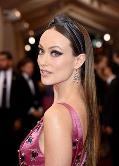 Olha só gente! Olivia Wilde linda, usando o modelo faixa, com detalhe nó, acetinado, no Gala do Met!