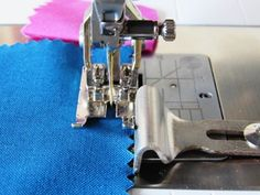 BERNINA offers over 100 presser feet to give you free rein with your creativity! Let's take a closer look at the best feet for patchwork and quilting. Bernina Serger, Bernina 880, Sewing Hacks, Sewing Tutorials, Sewing Projects, Sewing Ideas, Sewing Tools, Machine Embroidery Patterns, Machine Quilting