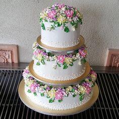 wedding cake with buttercream flowers Amazing Wedding Cakes, White Wedding Cakes, Elegant Wedding Cakes, Wedding Cake Designs, Amazing Cakes, Pretty Cakes, Beautiful Cakes, Buttercream Cake Designs, Buttercream Flowers