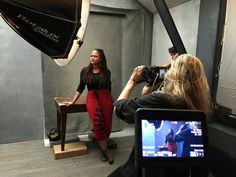 Amy Schumer & Serena Williams Pose for Pirelli Calendar 2016 - Check Out Behind-the-Scenes Photos!: Photo Amy Schumer snaps a photo with famed photographer Annie Leibovitz while behind-the-scenes of her shoot for the 2016 Pirelli Calendar. Photography Lighting Setup, Portrait Lighting, Light Photography, Lighting Setups, Studio Lighting, Inspiring Photography, Studio Setup, Photo Lighting, Flash Photography