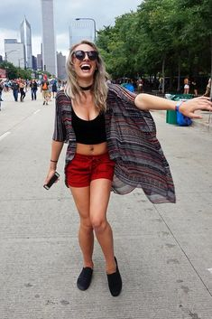 A printed kimono adds some festival-appropriate fun to a basic crop top and pair of shorts. Pearl Jam, Coachella, Looks Lollapalooza, Basic Crop Top, Look Con Short, Rock In Rio, Popsugar, Boho, Spring Outfits