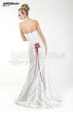 http://www.lemienozze.it/gallerie/foto-abiti-da-sposa/img30456.html Abito da sposa con nastro rosso a chiusura del corpetto
