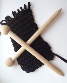 Giant Knitting Needles-this is how I will finish my weapon sling! Giant Knitting, Arm Knitting, Knitting Patterns, Crochet Needles, Knitting Needles, Knit Crochet, Knitting Projects, Crochet Projects, Big Knits