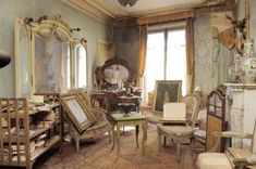 Funny pictures about The Paris Time Capsule Apartment. Oh, and cool pics about The Paris Time Capsule Apartment. Also, The Paris Time Capsule Apartment. Abandoned Mansions, Abandoned Buildings, Abandoned Places, Time Capsule, Paris Flat, French Apartment, Belle Epoque, Old Houses, Parisian