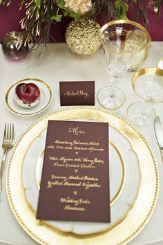 Gold Gerichte und Geschirr mit Burgunder-Briefpapier