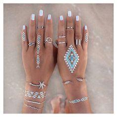 Super cute metallic nails ✔️