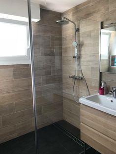 Salle de bain complète naturelle avec faïence imitation bois et douche à l'italienne #doucheitalienne#anoriantsols#hansgrohe#salledebain#naturelle#carrelage#faïence#imola#sècheserviette#pointp#cedeo#Hennebont#