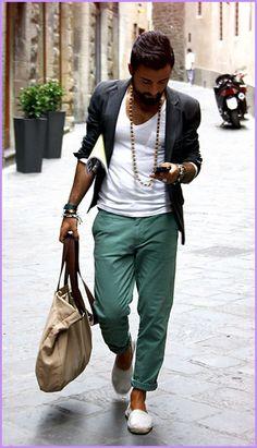 2013 per l'uomo: dalla vita in giù il pantalone chino.