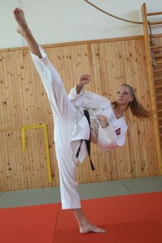 You are in the right place about Martial Arts Women anime Here we offer you the most beautiful pictu Female Martial Artists, Martial Arts Women, Mixed Martial Arts, Shukokai Karate, Karate Girl, Krav Maga, Roundhouse Kick, Ju Jitsu, Martial Arts Techniques