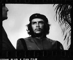 Korda creo la leyenda, el icono, la imagen del guerrillero temido por gobiernos enteros, con esta potente vision el fotografo dio al mundo lo que muchos deseaban: un icono universal de revolucion.