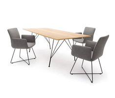 Kissen sind archetypische Sitzmöbel, besonders in den arabischen Ländern. Mit den Jalis Stühlen werden sie auf europäisches Sitzniveau gehoben und zum Stuhl verwandelt. Das sieht einfach aus, ist …