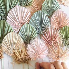 Paper Flowers Diy, Flower Crafts, Diy Paper, Paper Crafts, Paper Flower Decor, Flower Artists, Paper Leaves, Dried Flower Arrangements, Paper Decorations