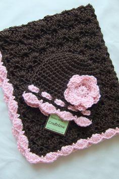 Conjunto gorro y cobija tejidas a crochet