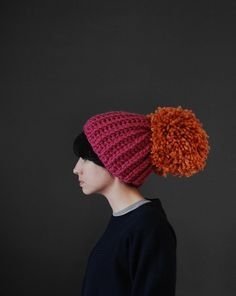 In this post, I will talk about crafts with pompoms. The best thing about pompoms is they are very simple to make And can be a perfect gift for birthdays. Loom Knitting, Hand Knitting, Knit Crochet, Crochet Hats, Knitting Accessories, Clutch, Knitting Projects, Fun Crafts, Headbands