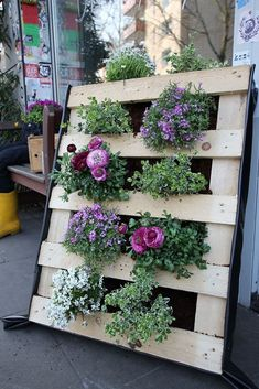 Top 27 Ingenious Ways To Transrofm Old Pallets Into Beautiful Outdoor Furniture Vertical Pallet Garden, Pallets Garden, Vertical Gardens, Pallet Designs, Pallet Ideas, Small Backyard Gardens, Tropical Backyard, Large Backyard, Beautiful Flowers Garden