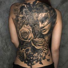 Tattoo Frau mit Maske und Rosen