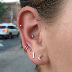 Fresh rose gold rings in the high lobe. All jewelry from NYA and piercings by @cassisoclassy