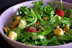 Ingredientes (1 salada)   1 punhado de rúcula   1/2 queijo de cabra fresco   1/4 de chávena de miolo de noz   1 pera pequena   6 framboe...