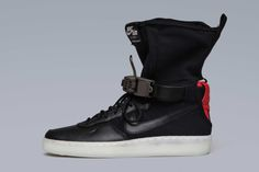 ACRONYM& latest footwear project with Nike is now confirmed, with new images surfacing on the ACRONYM homepage. Kicks Shoes, Men's Shoes, High Top Sneakers, Sneakers Nike, Cyberpunk Fashion, Nike Af1, Nike Lunar, Sneaker Boots, Nike Air Force