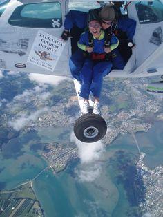 El reto es vencerse a sí mismo.   Tandem Skydive Over Tauranga, New Zealand