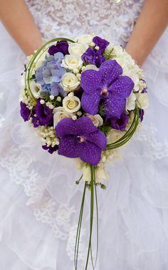 Bride with bouquet, closeup - Hochzeitsblumen Calla Lily Bridal Bouquet, Small Bridal Bouquets, Bridal Bouquet Fall, Purple Wedding Bouquets, Flower Bouquet Wedding, Blush Bouquet, Bridal Flowers, Purple Flowers, Wedding Colors