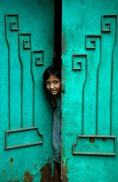 Puerta q se abre Portal, Door Knockers, Windows And Doors, Doorway, India Colors, People Around The World, Der Ganzen Welt, World Of Color, Door Handles