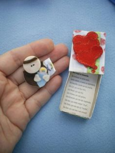 Lembrancinha matchbox (caixa de fósforos) com Santo Antonio, em feltro e botões, e uma mini oração de desencalhe, para casamento, chá de cozinha e outras ocasiões. O santinho mede 2,5 cm X 3,5 cm. R$ 5,70