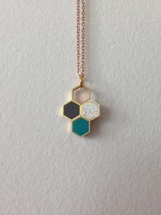 tri-colour honeycomb hexagons pendant por MoonlightForViolet. Pretty & simple