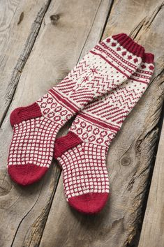 Jacquardstickade strumpor i Novita Nalle Wool Socks, Knitting Socks, Hand Knitting, Fair Isle Knitting Patterns, Fair Isle Pattern, Knitting Videos, Knitting Projects, Lots Of Socks, Nordic Christmas