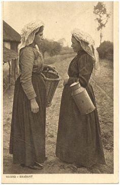 Het ontmoeten van twee vrouwen in klederdracht