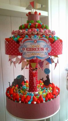 Sugar Pot, o las mejores tartas de chuches del mundo mundial. Sugar Pot best candy store ever!! Candy Theme Birthday Party, Candy Birthday Cakes, Candy Cakes, Carnival Birthday Parties, Circus Birthday, Carousel Cake, Carousel Party, Carnival Party Foods, Sweet Carts