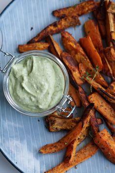 Søde kartoffel fritter lavet af sweet potatoes, olie og krydderier. Vendes sammen og bages i ovnen. Serveres med hjemmelavet guacamole.
