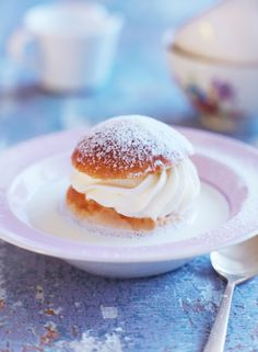 Swedish Semla or Fat Tuesday Bun – These pastries are traditionally consumed in Sweden during a period from Christmas to Easter, when they are available in all bakeries and cafés, but they are especially popular on fettisdagen, the Fat Tuesday. Just Desserts, Delicious Desserts, Yummy Food, Swedish Recipes, Sweet Recipes, Scandinavian Food, Eclairs, Let Them Eat Cake, Love Food