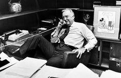 Il giornalista e presentatore televisivo Walter Cronkite al telefono nel suo ufficio prima del suo ultimo telegiornale per CBS, che condusse per quasi vent'anni dal 16 aprile 1962 al 6 marzo 1981.