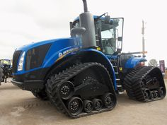 The most powerful tractor @ The 2013 Ohio Farm Science Review is this New T9.700 NEW HOLLAND at 700hp New Holland Agriculture, New Holland Tractor, Ford Tractors, Chenille, Toys For Boys, Big Boys, Ohio, Engineering, Barns