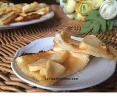 Buongiorno a tutti! Oggi prepariamo insieme le sfogliatine con mele e marmellata di albicocche.  La realizzazione è semplice e veloce, un dolcetto perfetto per rendere più dolce il risveglio oppure per uno spuntino o una merenda, magari accompagnate da un caffè o un succo.
