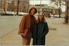 1973年, 克 林 頓 和 希 拉 里 在 大 學 第 一 次 見 面, 然 後 拍 了 這 張 合 影。