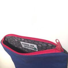 Hat jemand mitgezählt? Die wievielte Kosmetiktasche ist diese jetzt? 😂 Ich habe wohl einen Faible für diese Kosmetiktäschchen weil sie einfach so herrlich einfach zu nähen sind und schnell fertig sind. Diese ist aus blauem und anthrazitfarbenem Baumwollstoff außen. Das Innenfutter ist grau gemustert und ich habe einen roten Reißverschluss vernäht. Auf das aufgenähte Patch … … Weiterlesen →