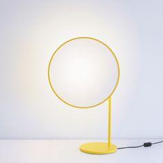 """Rencontré sur NOW! Le off, le designer Jun Yasumoto nous fait decouvrir la petite lampe de table """"Rim"""". Depoussierant le traditionnel tissu d'abat-jour, il l'utilise de maniere contemporaine, tendu sur une fine structure d'acier et d'aluminium, tamisant et reflechissant la lumiere a la fois."""