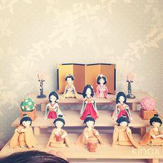 *  good afternoon(๑′ᴗ‵๑)☀  I decorated a doll displayed on the Girl's Festival which my mother-in-law made for her  *  今日はお義母さんが作ってくれたお雛様を飾ったよ(๑′ᴗ‵๑)  私がよく前髪アップにしてるから、去年と同じく三女を「こえはーまま!」って言うよʕ •́؈•̀ ₎  *  そしてちびっこ自身は五人囃子みたいだよʕ •́؈•̀ ₎w  主役のお雛様にすればいいのに…髪型ありきなのかしらʕ •́؈•̀ ₎w  *  みんなも楽しい一日にしてね!  *  #親バカ部 #children #kids   2013.02.07 - @kinax- #webstagram