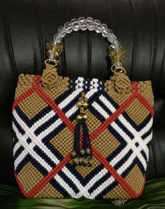 Макраме: идеи со всего света... Beaded Purses, Beaded Bags, Macrame Purse, Micro Macramé, Macrame Design, Macrame Tutorial, Crochet Handbags, Macrame Patterns, Knitted Bags