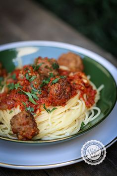 Spaghetti with meatballs in tomato sauce - Kitchen Secrets - Practical Recipes Spaghetti And Meatballs, Homemade Beauty Products, Tomato Sauce, Dessert Recipes, Desserts, Food And Drink, Health Fitness, Ethnic Recipes, Kitchen
