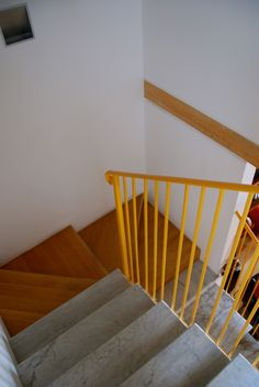 intarsio in legno rovere con gradini di recupero in  marmo Carrara Casa privata