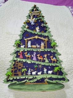Árbol de belen con botones Nativity Ornaments, Christmas Nativity Scene, Nativity Crafts, Christmas Projects, Holiday Crafts, Orange Christmas Tree, Christmas Holidays, Christmas Wreaths, Christmas Bulbs