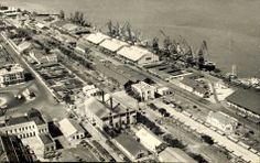 A zona ferro-portuária de Lourenço Marques, foto aérea tirada a partir de cima da Estação Ferroviária. Mesmo em frente vê-se o pequeno edifí...