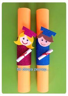 Graduation certificate crafts for preschool - Preschool - Aluno On School Board Decoration, Class Decoration, School Decorations, Summer Crafts, Diy And Crafts, Crafts For Kids, Arts And Crafts, Paper Crafts, Graduation Crafts